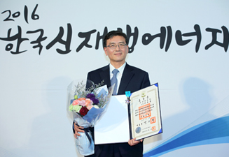 VP Seung-gul Lee of Samsung C&T receives Industrial Award at Annual Korea Renewable Energy Awards